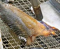鯖の冷燻(さばのスモーク)皮目をバーナーで炙り香ばしく仕上げ