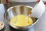 (1)にうすくち醤油を小さじ1杯ほど入れ、塩を1〜2つまみ程入れます(塩はほんのちょっとでOKです)。