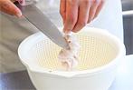 白子を食べやすい大きさに切り、器の底に盛りつけます(白子を入れすぎると固まりづらいのでご注意を)。