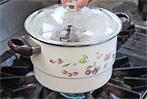 よく熱した蒸し器に器を入れ強火で3分蒸します(十分に蒸気をためてから蒸して下さい)