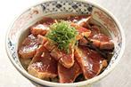丼にすし飯を盛り、カットした海苔をまばらに敷き、カツオをのせたら完成!お好みで細く刻んだ大葉をのせると爽やかなアクセントに!