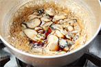 まずは牡蠣の甘辛煮を作りましょう。ごはんのおかずやお酒の肴の他にも様々なお料理にも使えますよ!