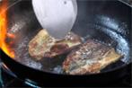 さんまの蒲焼きレシピ3〜たっぷりの油をフライパンに注ぎ強火で煙が出るくらい熱してから、サンマを焼きます〜