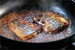 さんまの蒲焼きレシピ4〜さんまが焼けたら、お酒・タレ・砂糖・しょうがの順に入れていき、沸騰したら火をとめ、器に盛りつけて完成〜
