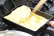 出し巻卵が得意な方は、できれば3〜4層でめかぶを玉子で包みます。