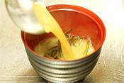 器に生めかぶを盛りつけ温めたお味噌汁を注げば完成!メカブの食感と旨味をダイレクトに味わえます♪