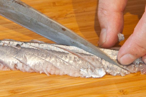 さんまのカルパッチョレシピ5 さんまの身をナナメに切っていきます