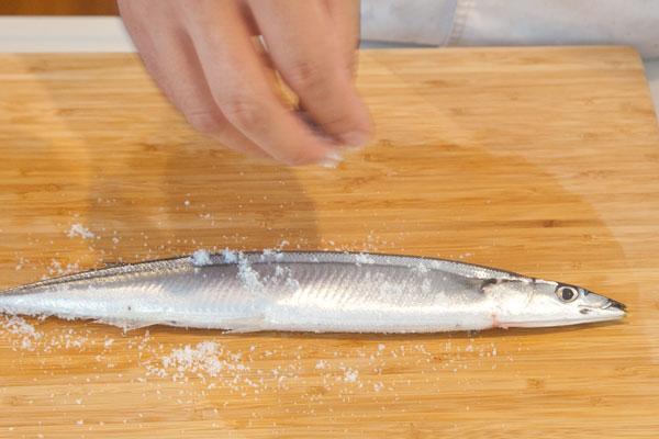 さんまのおいしい焼き方(グリル編)3 さんまに塩を振る