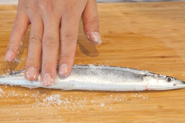 さんまのおいしい焼き方(グリル編)4 さんまに塩を塗りこむ