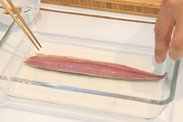 生さんまの棒寿司レシピ1 さんまを酢で締める