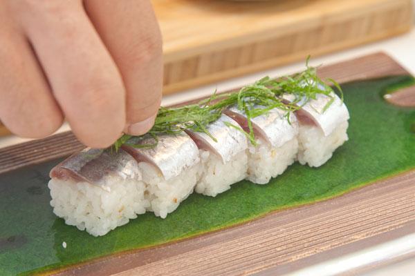 生さんまの棒寿司レシピ8 器に盛り付けシソの葉を添えて完成