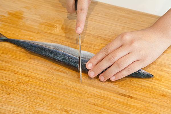 さんま塩焼きレシピ フライパン編3 さんまがフライパンに乗るよう半分に切る