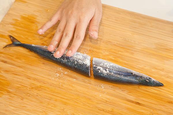 さんま塩焼きレシピ フライパン編4 サンマ全体に塩をふり手でなじませる