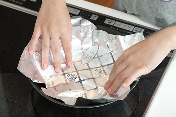 さんま塩焼きレシピ フライパン編6 フライパンに『プライパン用ホイルシート』を引きます