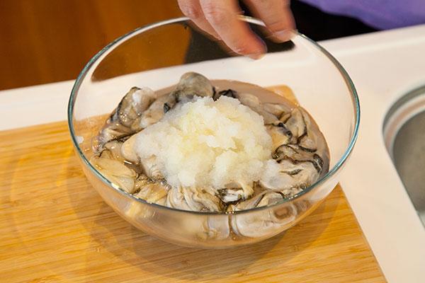 牡蠣の洗い方2 牡蠣を入れたボウルに大根おろしを入れます