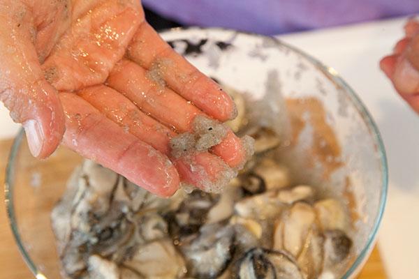 牡蠣の洗い方4 混ぜていくとだんだんに牡蠣の汚れが取れて大根おろしの色が灰色に変わっていきます。