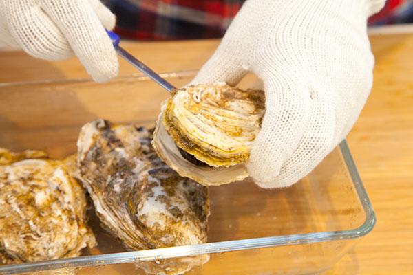 蒸し牡蠣の作り方(電子レンジ編)7 蒸しあがった殻付き牡蠣はとっても熱いです。殻を外す際は専用のナイフなどで開けましょう。