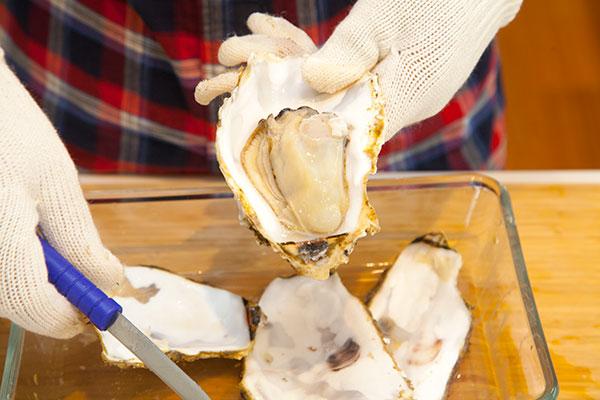 蒸し牡蠣の作り方(電子レンジ編)8 牡蠣の殻を外しお皿に盛り付けて完成です!