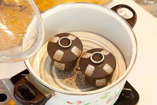 牡蠣の茶碗蒸しレシピ6 あらかじめ蒸し器は熱しておきましょう。よく熱した蒸し器に器を入れ強火で3分蒸します。十分に蒸気をためてから蒸すのがコツです。