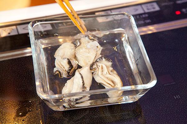 牡蠣の茶碗蒸しレシピ3 湯通しした牡蠣はすぐに水につけて冷やしましょう。牡蠣の身が締まりよりプリプリとした食感になります。