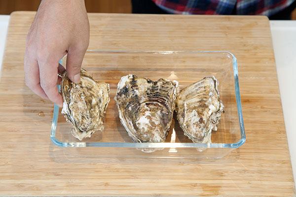 殻付生牡蠣(かき)の保存方法1 牡蠣を重ならないようお皿に並べます。