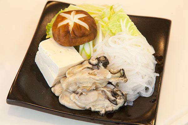 牡蠣の味噌鍋3 野菜を切ります。豆腐、しいたけ、白菜、糸こんにゃくを食べやすい大きさに切っていきます。