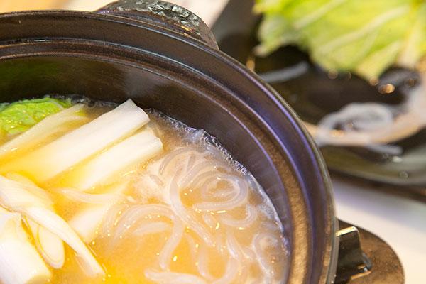 牡蠣の味噌鍋5 野菜を入れている時も常に鍋の淵にプツプツと白い泡が湧いているくらいに鍋の牡蠣味噌鍋5 温度を保つのがポイントです