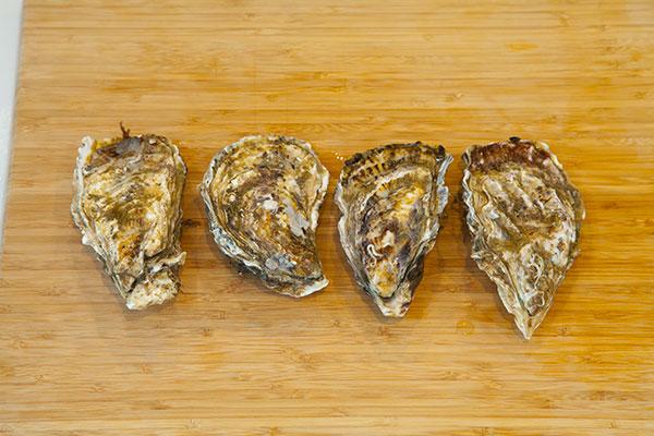 酒蒸し牡蠣1 人数分の殻付き牡蠣を準備してください。