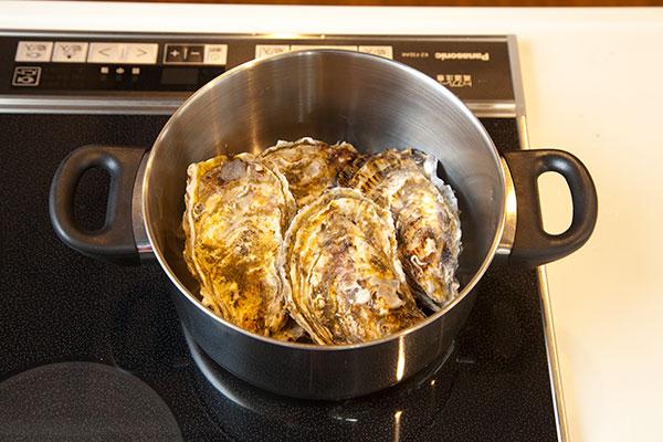 酒蒸し牡蠣2 まず殻付き牡蠣を鍋に入れます。殻付き牡蠣は多く入れずできるだけ重なり合わないようにしましょう。
