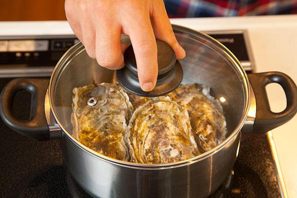 酒蒸し牡蠣4 お酒をかけたら蓋をして火にかけます。