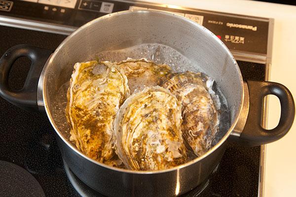 酒蒸し牡蠣6 殻付き牡蠣の口が開いたら蒸しあがりです