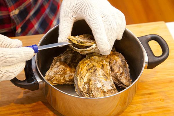 酒蒸し牡蠣7 蒸しあがった殻付き牡蠣はとても熱いので殻を外す際は専用のナイフまたは洋食ナイフなどで開けましょう。火傷をしないように注意してください