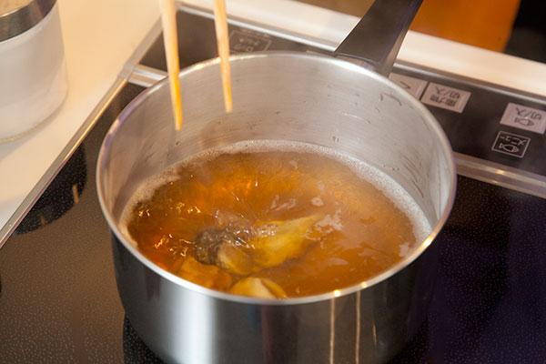 牡蠣ご飯2 ダシが沸騰したら牡蠣(かき)を入れ軽く湯通しします。この時牡蠣(かき)に火が通りすぎると身が小さくなります。茹で過ぎ気をつけましょう。