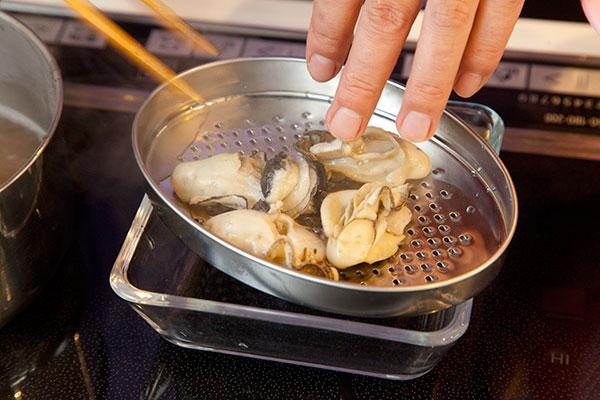 牡蠣ご飯3 牡蠣(かき)に火が通ったら牡蠣をざるにあげます。ダシは後で使うので捨てないでください。
