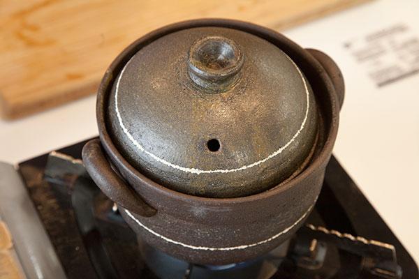牡蠣鍋5 蓋をして強火で5分火にかけ沸騰したら弱火で10分火にかけます。