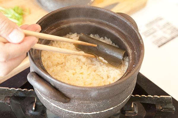 牡蠣ご飯6 ご飯が炊きあがったら蓋を開け昆布をとります。