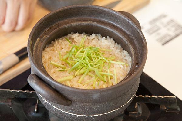 牡蠣ご飯7 ミツバは茎の部分を切りご飯の上入れます。
