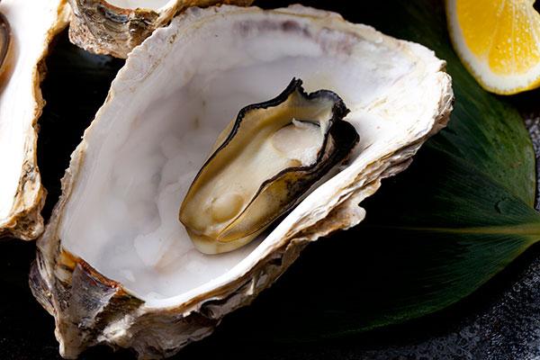 焼き牡蠣の作り方(七輪編)5牡蠣(かき)の殻を外したら完成。「焼き牡蠣(かき)」は凝縮された牡蠣の味と磯の香りが特徴