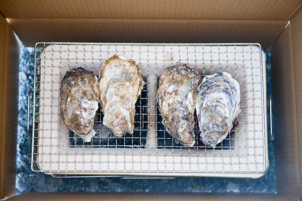 焼き牡蠣の作り方(七輪編)2殻付き牡蠣(かき)を七輪にのせたら、ダンボールで囲みます。
