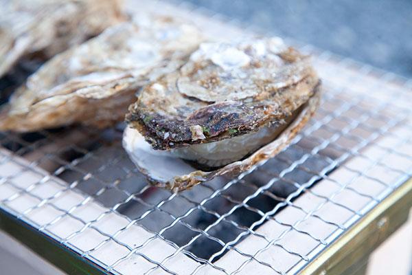 焼き牡蠣の作り方(七輪編)4牡蠣(かき)の平らな面を約3分。深い面を約5分ほどじっくり焼きます。