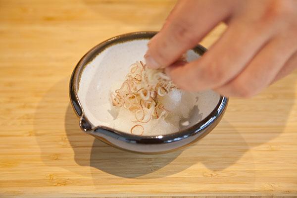 さんま塩焼きに合う、食べる薬味レシピ3 〜器に大根おろしと、輪切りにしたみょうがを盛り付けます。〜