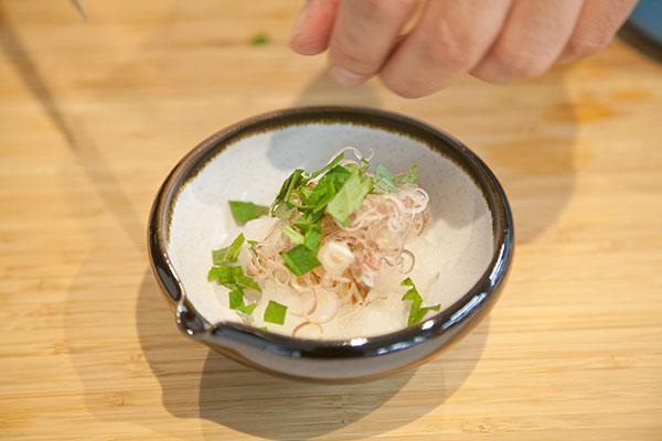 さんま塩焼きに合う、食べる薬味レシピ5 〜大根おろしとみょうがを盛りつけ、しその葉を添えます〜