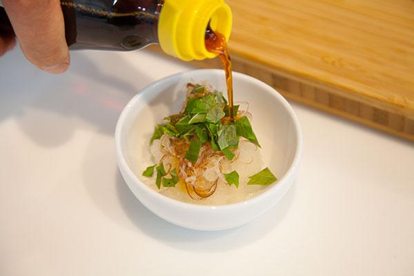 さんま塩焼きに合う、食べる薬味レシピ6 〜しその葉を盛りつけたら、ぽん酢を回しかけて完成〜