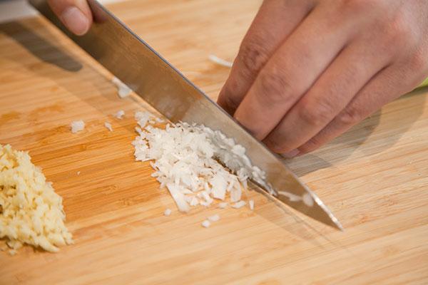 さんまのお刺身にぴったりの薬味レシピ 生姜とネギのゴマポン酢2〜ネギも同じようにみじん切りにします。ネギが好きな方は多めにしてもOKです〜