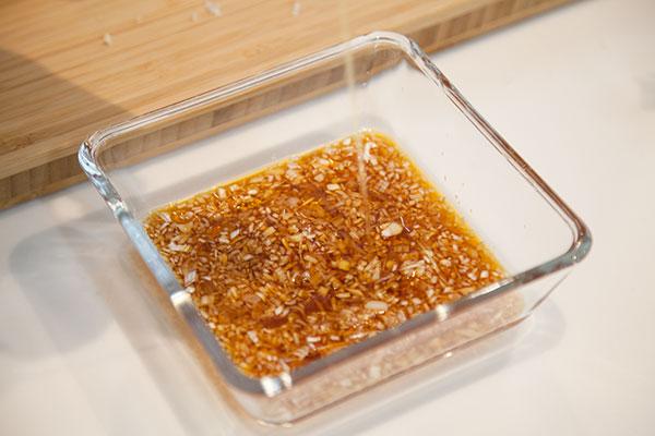 さんまのお刺身にぴったりの薬味レシピ 生姜とネギのゴマポン酢5〜次はごま油を入れます。全体にあじが馴染むようによく絡めましょう〜