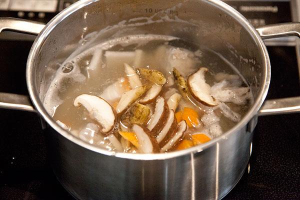 タラのアラ汁の作り方6 沸騰してきたら昆布を取り出し、『大根→人参→ごぼう→白菜の葉』の順番で入れていきます。