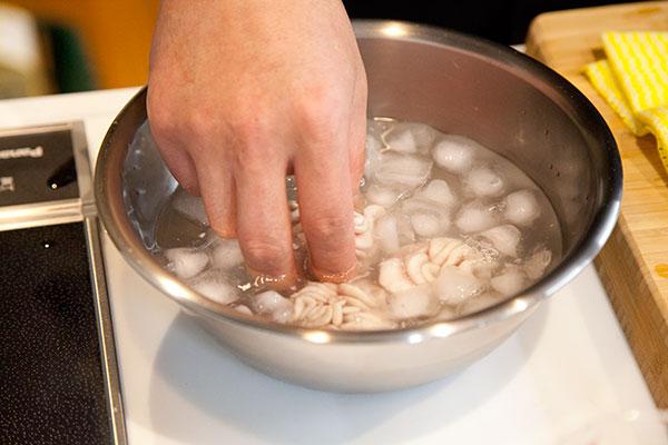 白子の下処理7 白子に火が通ったら先程の氷水でよく冷やしましょう。