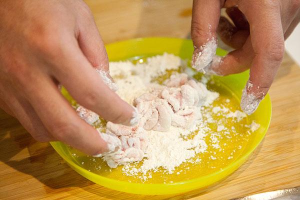 白子の天ぷら1 白子を一口サイズに切り天ぷら粉をつけます