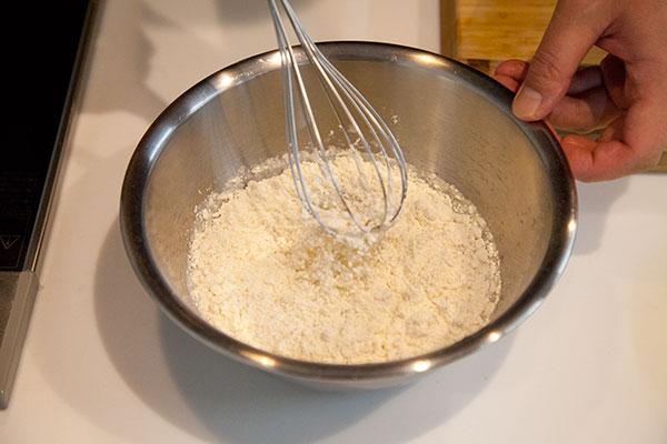 白子の天ぷら3 天ぷら粉を水に沈めていくように混ぜていきます。